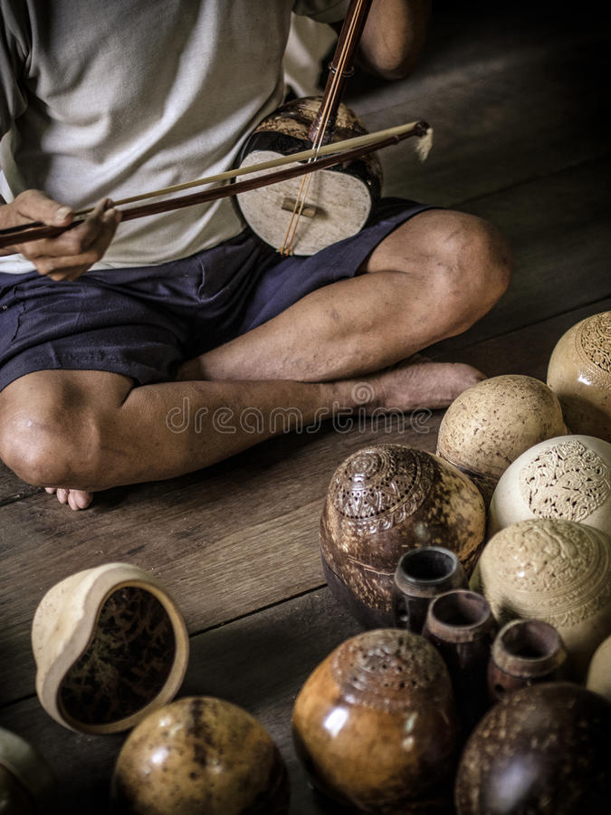 Jouer le violon thaïlandais photographie stock libre de droits