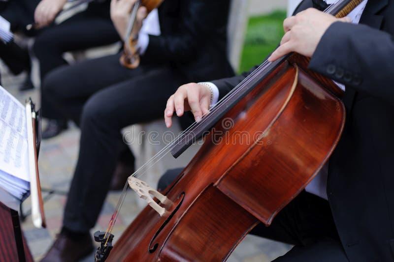 Jouer le violoncelle photographie stock libre de droits