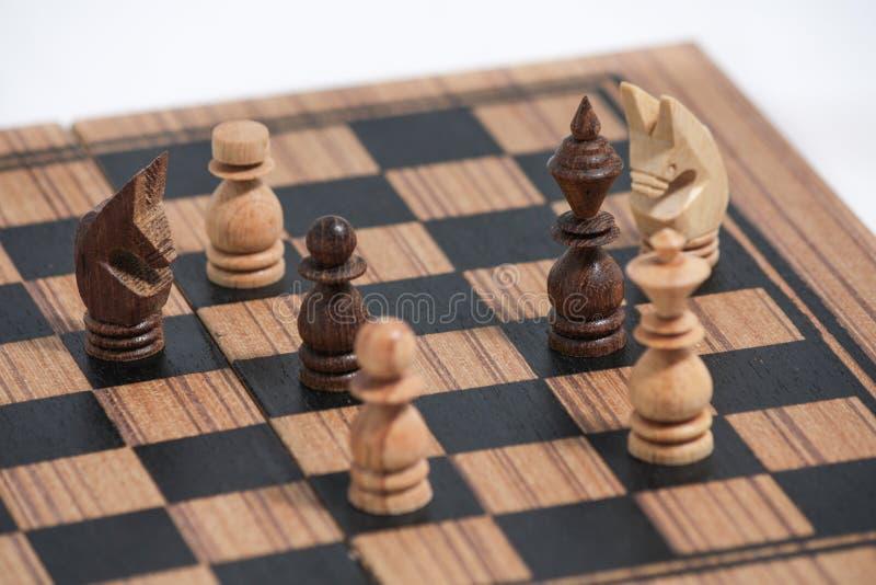Jouer les pièces d'échecs en bois photo libre de droits