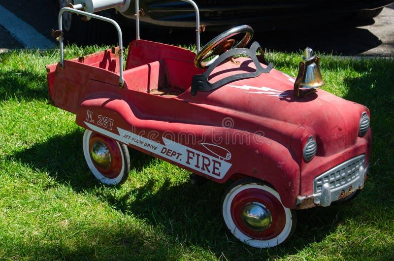Jouet antique d'équitation de pompe à incendie image stock