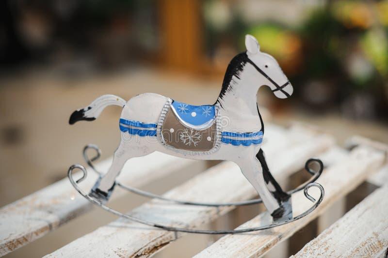 Jouet antique de cheval de basculage dans blanc et bleu images stock