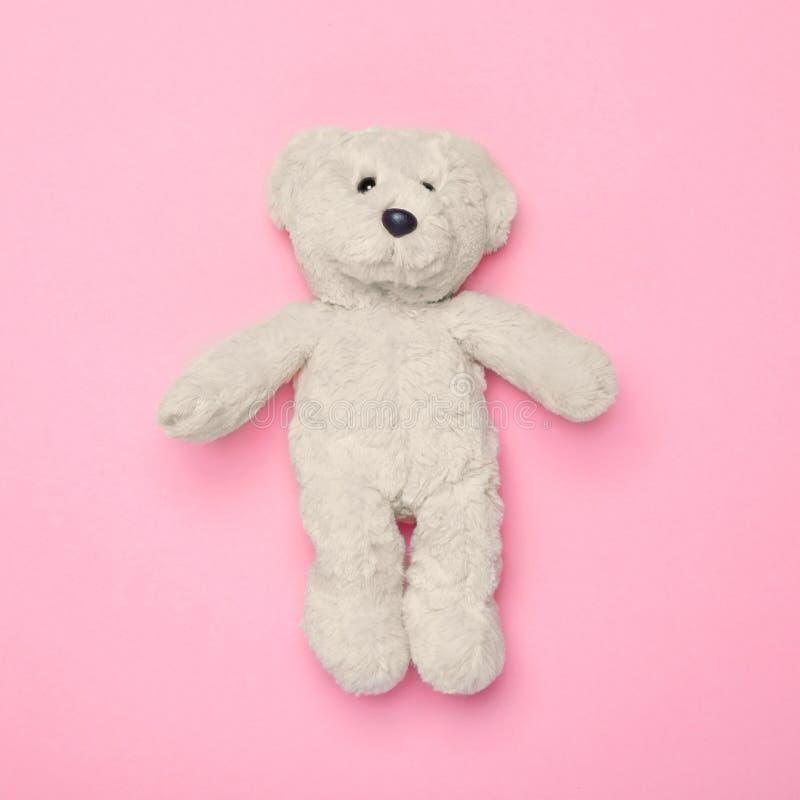 Jouet blanc d'ours de nounours sur le fond rose photos libres de droits