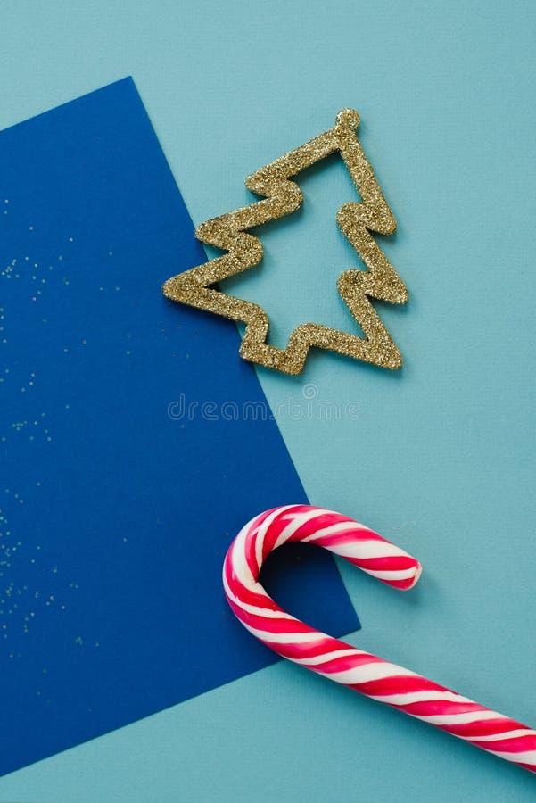Jouet d'arbre de Noël et ponte à plat de canne Lollipop minimum Noël et nouvel an Concept artistique du style de Noël festif Cr photographie stock