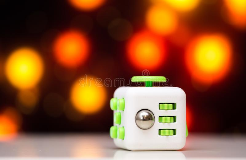 Jouet d'effort de cube en personne remuante anti Le détail du jouet de jeu de doigt utilisé pour détendent Instrument placé sur l photos stock