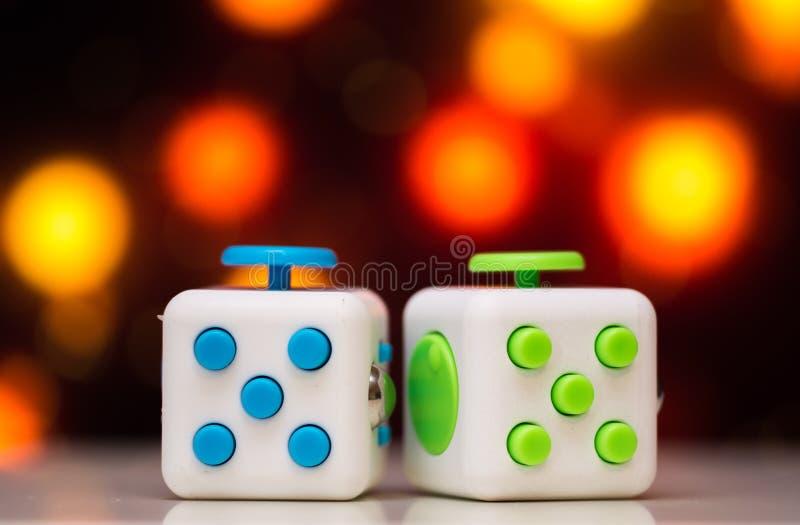 Jouet d'effort de cube en personne remuante anti Le détail du jouet de jeu de doigt utilisé pour détendent Instrument placé sur l photo libre de droits