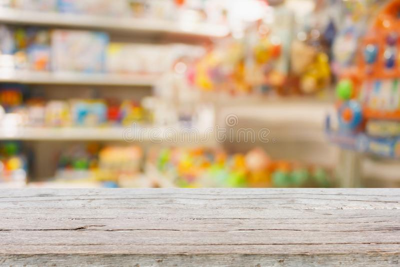 Jouet d'enfants à l'arrière-plan de tache floue de centre commercial images libres de droits