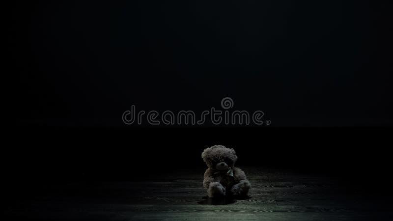 Jouet d'ours de nounours dans la chambre noire, la solitude et le concept perdu d'enfance, tristesse images stock