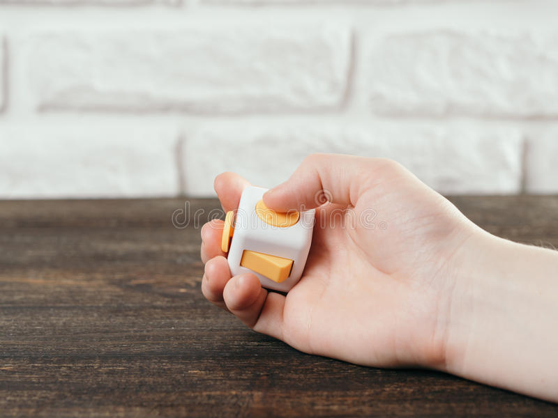 Jouet de doigts d'effort de cube en personne remuante image stock