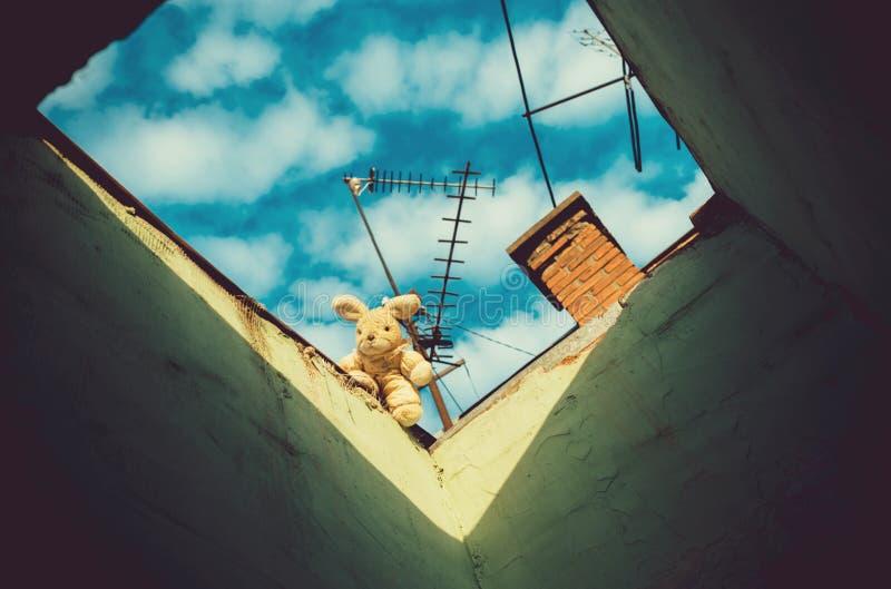 Jouet de lapin au trou avec le ciel nuageux bleu avec l'antenne image stock