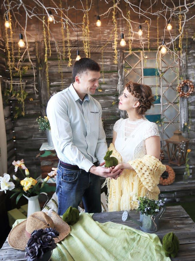 Jouet de lapin dans les mains des couples photographie stock libre de droits
