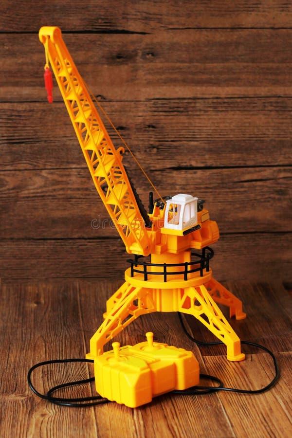 Jouet de machines de construction de grue de bâtiment sur le fond en bois images stock