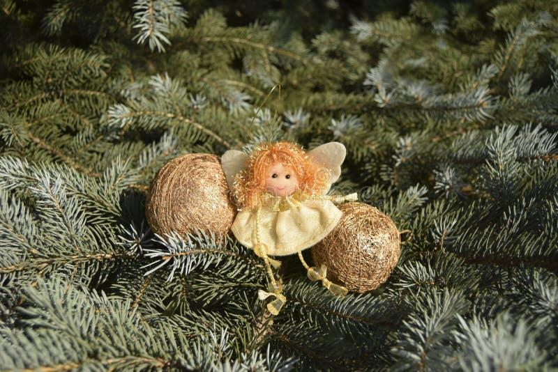 Download Jouet De Noël Sous Forme D'ange Et De Sphères D'or Image stock - Image du magie, décoratif: 77156225