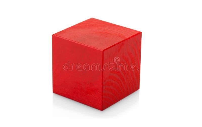 Jouet en bois rouge de cube d'isolement sur le blanc photos libres de droits