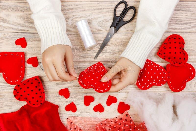 Jouet mou en forme de coeur fait main rouge, Saint Valentin, relations romantiques, mode de vie sain, beau présent, amour et sant images libres de droits