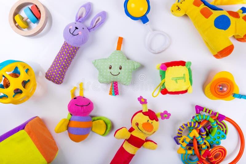 Jouets colorés de bébé sur le blanc photos stock