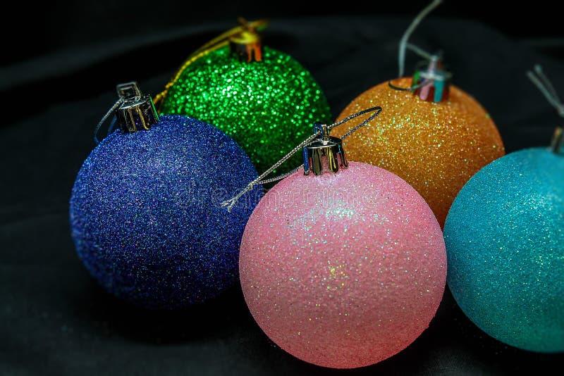 Jouets colorés pour la décoration intérieure et les arbres de Noël en cette nouvelle année et les fêtes de Noël image stock