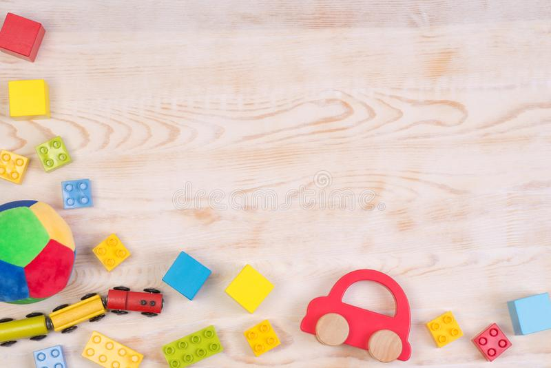 Jouets colorés sur le fond en bois blanc, vue supérieure avec l'espace de copie image libre de droits