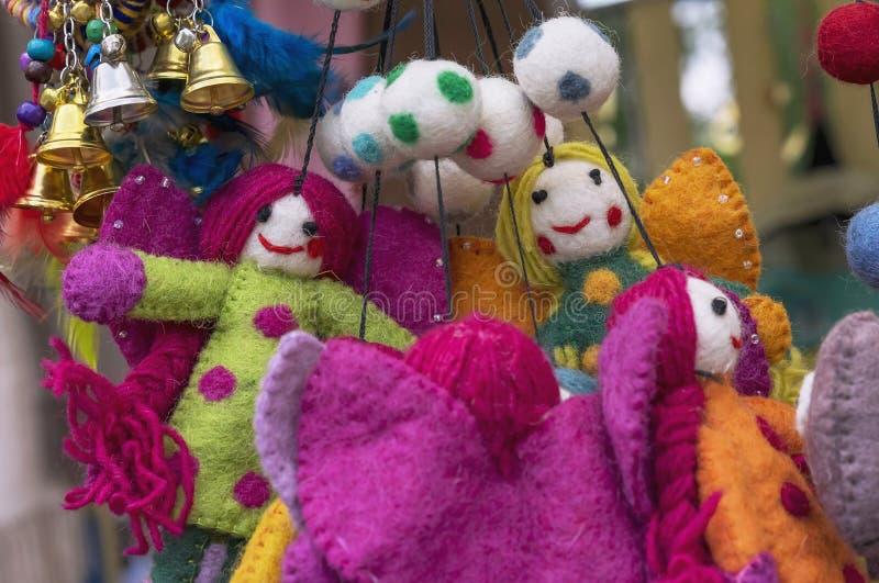 Jouets de feutre Jouets de laine lumineux dans l'étalage d'une boutique de cadeaux photo stock