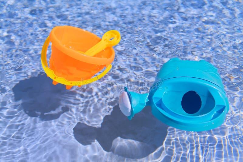 Jouets de flottement dans la piscine photographie stock libre de droits