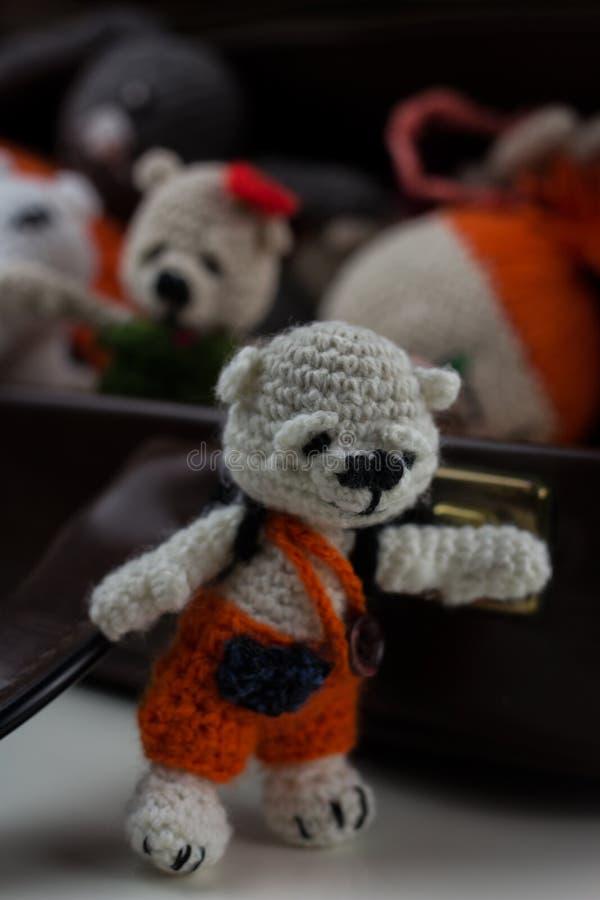 Jouets de laine au cas où, avec l'ours de nounours photographie stock