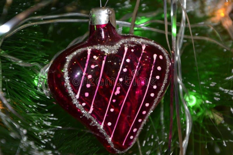 Jouets de Noël accrochant sur l'arbre E Jouet de Noël sur le fond des aiguilles vertes images stock