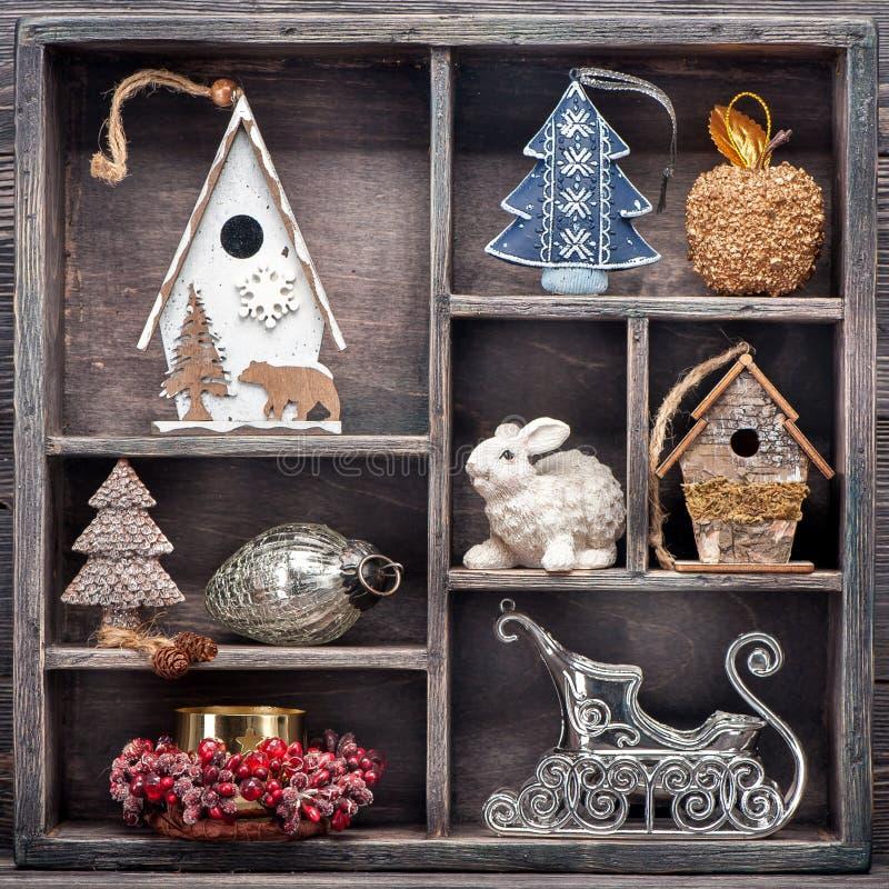 Jouets de Noël dans la boîte en bois de vintage Décorations de Noël de collage photo libre de droits