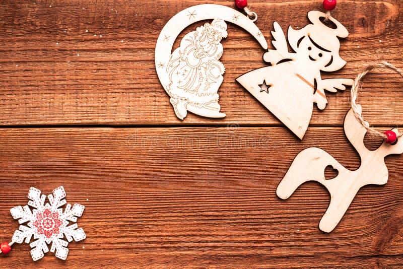 Jouets de Noël en bois artisanaux pour le sapin de Noël : cerf, ange et père Noël sur une corde en bois avec un espace de texte photo libre de droits