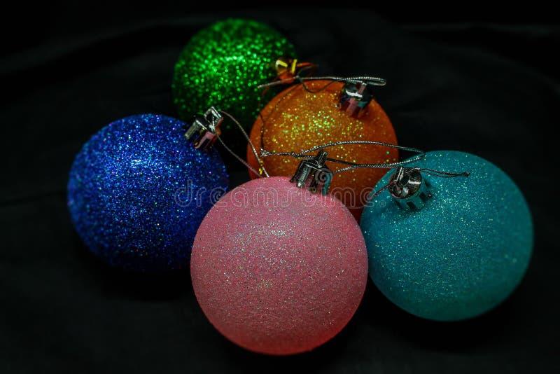 Jouets de Noël pour le nouvel an et les fêtes de Noël sur fond noir photo libre de droits