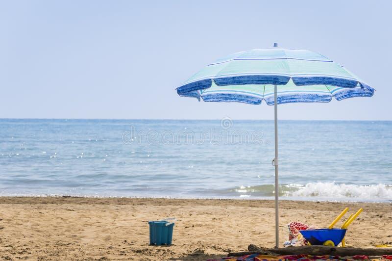 Jouets de plage de parapluie et de plage d'enfants photos stock