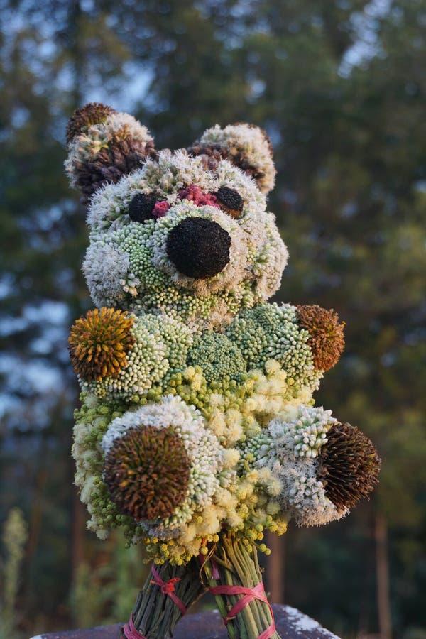 Jouets de poupée de panda faits de fleurs images libres de droits