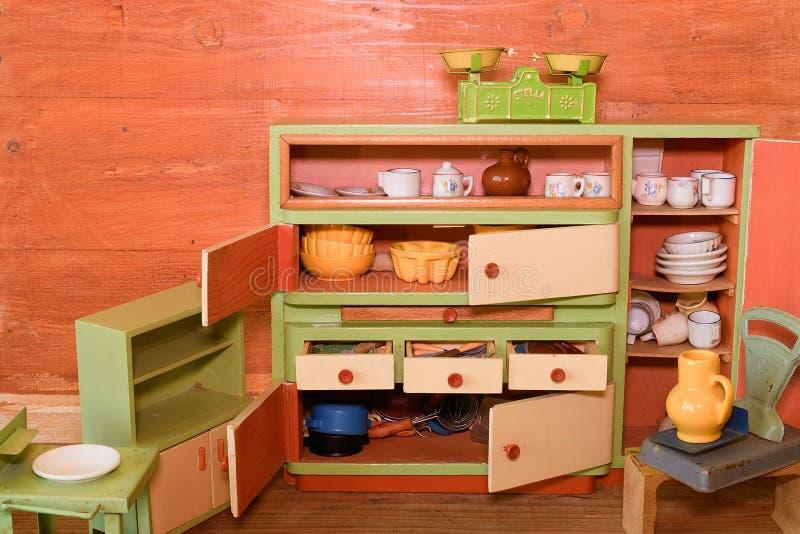 Jouets de vintage pour des filles Cuisine en bois de jouet images stock