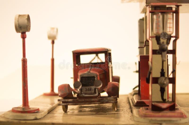 Jouets de voiture ancienne et de station service photo libre de droits