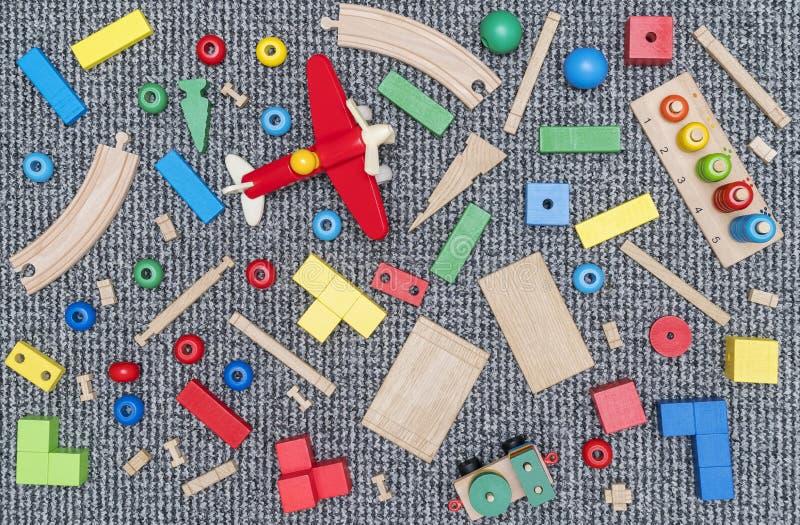 Jouets en bois d'enfants sur le tapis images libres de droits