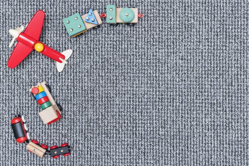 Jouets en bois d'enfants sur le tapis photographie stock libre de droits