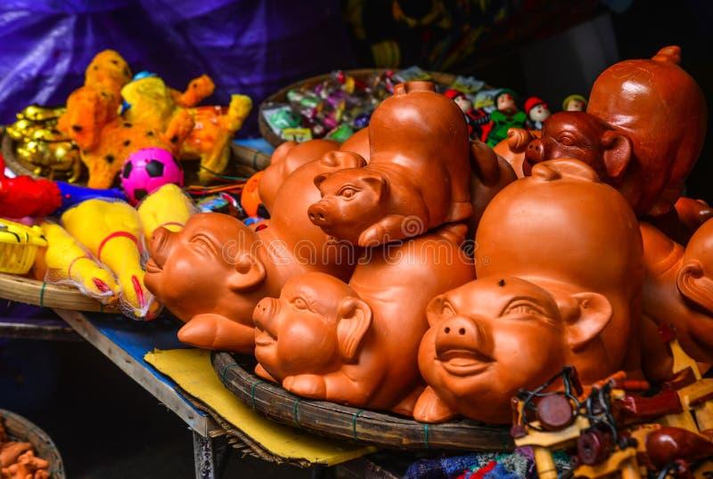 Jouets en céramique de porc à vendre sur la rue images libres de droits