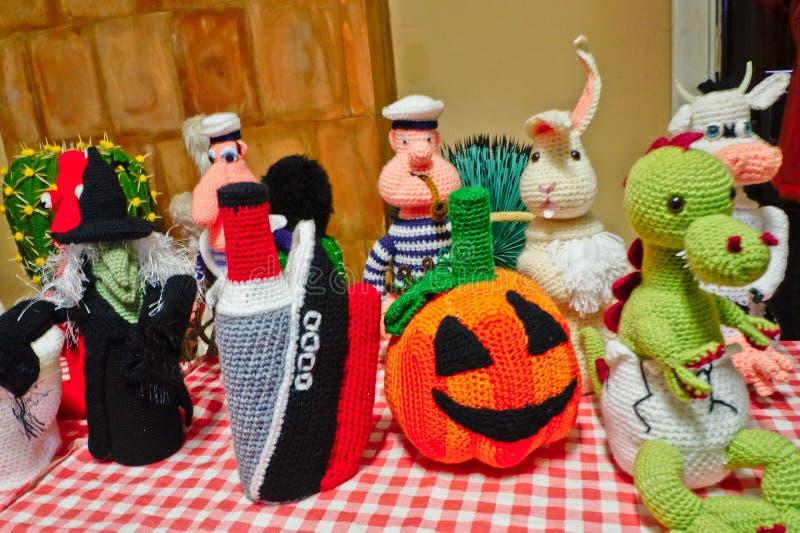 Jouets et cactus de tricotage photographie stock libre de droits