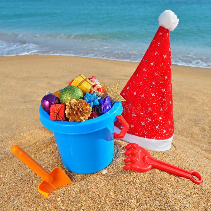 Jouets et décorations de Noël sur la plage photographie stock libre de droits