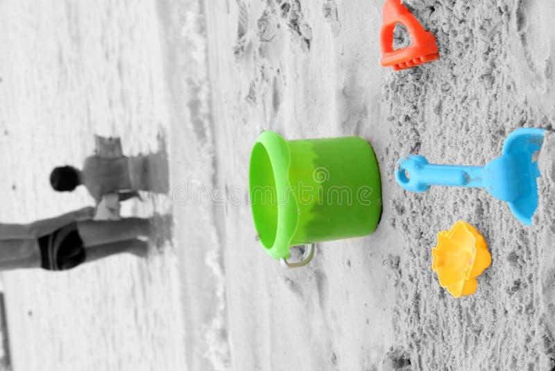 Jouets et famille de sable sur la plage photo libre de droits