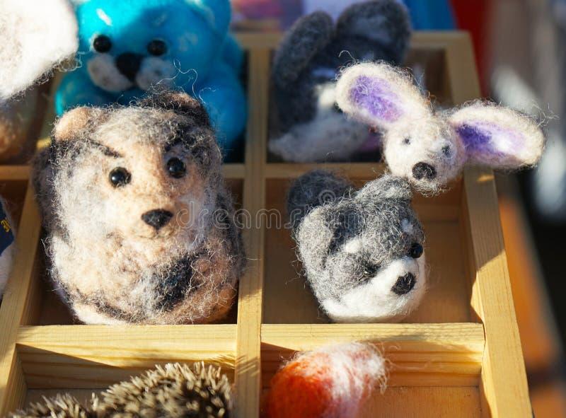 Jouets faits de laine felted dans un magasin de rue photos stock