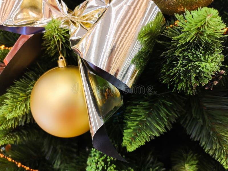 Jouets jaunes de Noël sur l'arbre Fond d'or de Noël des lumières defocused avec l'arbre décoré photo libre de droits