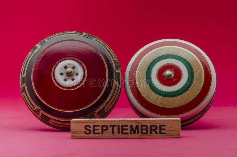 Jouets mexicains en bois sur le fond rouge image libre de droits