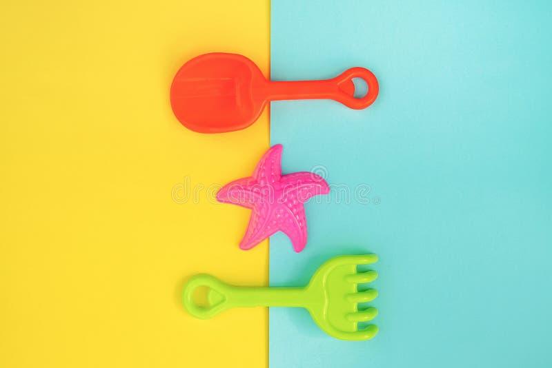 Jouets pour enfants réglés multicolores pour des jeux d'été dans le bac à sable ou sur la plage sablonneuse sur le fond jaune ble photo libre de droits