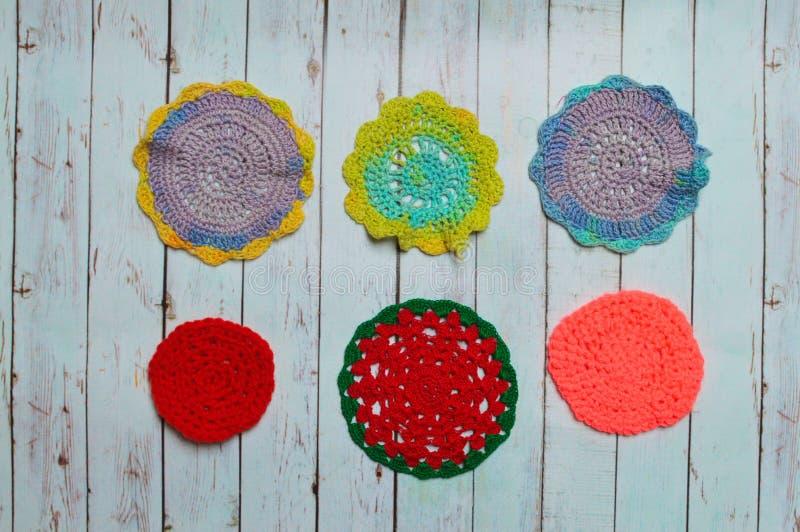 Jouets pour enfants tricotés les mains image stock