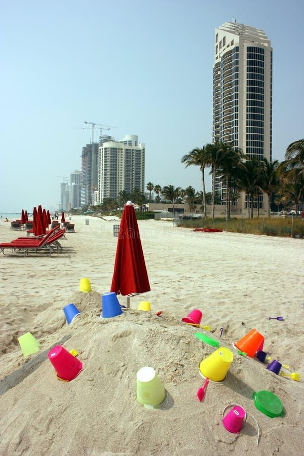 Jouets sur la plage images libres de droits