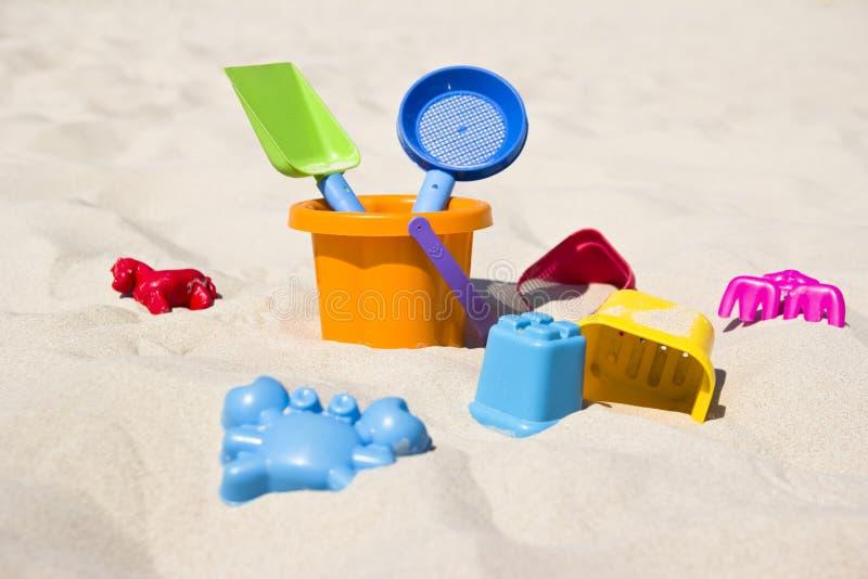 Jouets sur la plage photographie stock