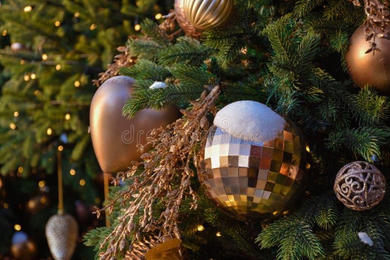 Jouets sur un arbre de Noël dans la neige photographie stock