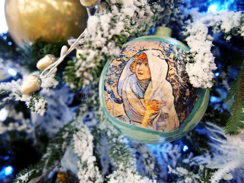 Jouets sur un arbre de Noël sous la neige photos libres de droits