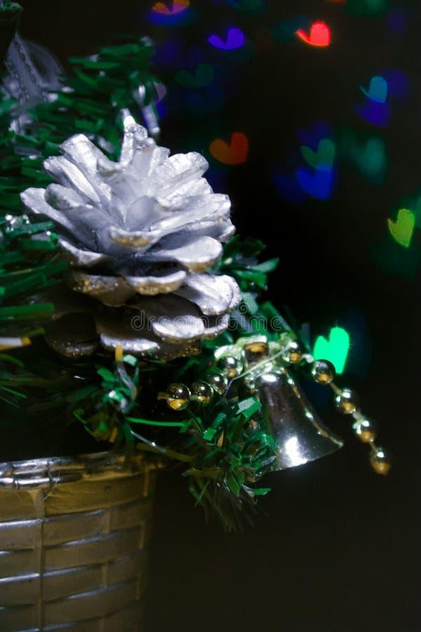 Jouets sur un plan rapproché d'arbre de Noël avec un bokeh sous forme de coeurs derrière photo libre de droits