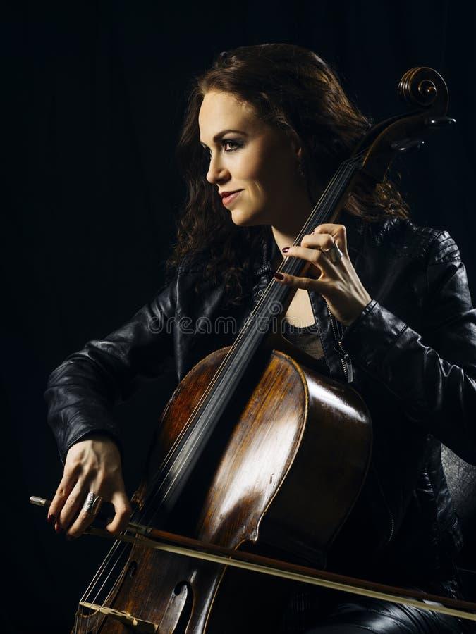 Joueur attirant de violoncelle jouant son instrument images stock