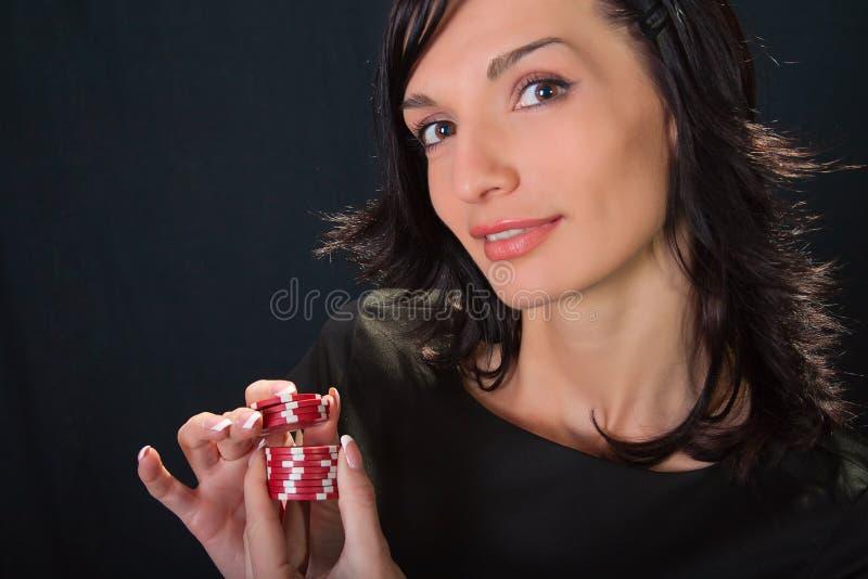 Joueur avec des puces à disposition. images stock